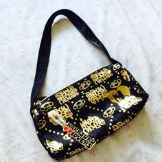 Harajuku lovers purse Very cute purse In good condition Has a little keychain thing It a smaller type purse Harajuku Lovers Bags
