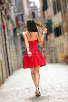 red dress: Женщина в красном платье, ходить по улице в Венеции, Италия веселой и счастливой в вид сзади, показывающий задней сарафан.