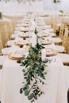 Decor mesa moderna: clean + greenery + gold