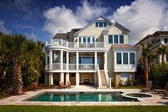 這是建築師事務所 Group3 Design 的作品「Oceanfront Coastal Home」。位於美國南卡羅來納州希爾頓黑德島的海邊別墅,有私人獨立的游泳池,可在庭院遠眺海灘的景色,這座獨棟式三階木屋,室內是典型的Coastal Style,以清爽的白色搭配海洋藍,刻意選用訂製家具,造就最吸引人的海灘別墅。 via Group3 Design