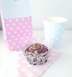 Sacolas de lembrancinhas, guardanapos de papel, copos de papel e saias de cupcake rendadas. Tudo disponível na nossa loja virtual #festas #decoração #poá #rosa #azul #claro #vintage