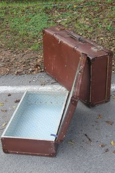 [english] Sale suitcase. Number 1 and 2, Set of two bags for luggage, very old. [español] Venta de maleta. Número 1 y 2, Conjunto de dos maletas para equipaje, muy antiguas. [Россия] Продажа хранения. № 1 и 2, набор из двух чемоданов для вашего багажа. Очень старые. [عربي] بيع التخزين. عدد 1 و 2، ومجموعة من حقيبتين للأمتعة الخاصة بك. قديمة جدا.