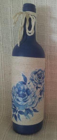 Garrafa pintada à mão, reciclada com barbante e guardanapo.