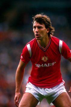 Man Utd Squad, Bryan Robson, Manchester United Football, Vintage Football, Man United, Captain Marvel, Goal, Soccer, The Unit