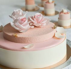 Un wedding cake rose bonbon http://www.vogue.fr/mariage/inspirations/diaporama/gateaux-de-mariage-wedding-cake-pieces-montees/33339#un-wedding-cake-rose-bonbon