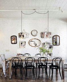 Blog - 30 inspirations déco pour votre #salon - ♡ On aime : L'esprit très Maison Martin #Margiela : du blanc, des formes simples et intemporelles ✐ On retient : La mosaïque de #miroirs disparates sur le mur