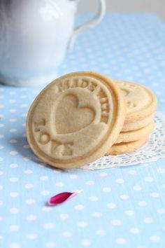 Dlouho jsem hledala recept na máslové sušenky, které by byly chuťově nejenom skvělé, ale zároveň by po vykrojení a upečení v troubě skvěle...