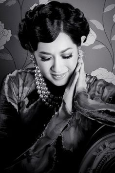 """The eldest daughter of one of Vietnam's most famous married couples, Le Quynh (film actor) & Thai Thanh (singer, known as """"Timeless Voice""""), Y Lan did not start her singing career until later on in life.  Despite her decision to began singing professionally well into her thirties outside of Vietnam, she managed to achieve enormous success and won the hearts of Vietnamese audiences worldwide."""