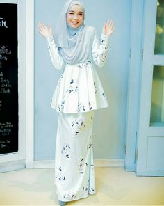 Hands up.do you like the colour of this hijab and dress? Batik Fashion, Abaya Fashion, Modest Fashion, Women's Fashion Dresses, Couture Fashion, Muslim Dress, Hijab Dress, Dress Up, Muslim Women Fashion