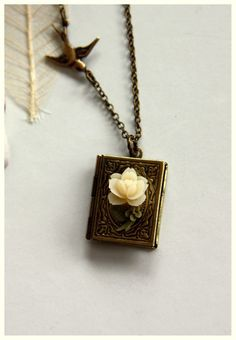 A Tiny Rose Flower Librarian Book Locket Necklace. por Marolsha