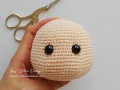 Amigurumi Tini Mini Girl Bau-Kostenlose Muster Tini Mini Dolls - Tiny Mini D . Crochet Motifs, Crochet Toys Patterns, Crochet Dolls, Doll Patterns, Crochet Design, Crochet Gifts, Cute Crochet, Crochet Baby, Doll Drawing