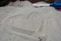 EIGEN FOTO - Zand: de structuur bestaat uit zandkorreltjes en de textuur is korrelig.