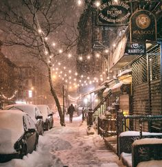 New York City in the snow. East Street in the East Village on a winter night during a snowstorm. One of the best times to experience NYC in the winter! Winter Szenen, Winter Night, Winter Time, New York Winter, Christmas In New York, New York Snow, Cold Night, Winter Christmas, Christmas Lights