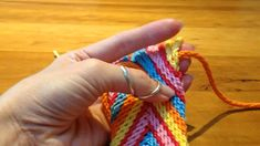 Conheça nosso Trabalho Crochet Cow, Diy Crochet, Knitting Designs, Knitting Patterns, Mochila Crochet, Tapestry Crochet Patterns, Tapestry Bag, Crochet Videos, Friendship Bracelet Patterns