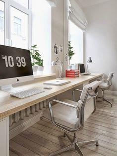 pomysł na podwójne długie biurko umocowane pod oknami w salonie