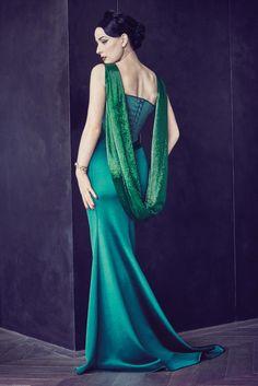 Dita Von Teese arbore une robe vert émeraude qui met en valeur sa silhouette