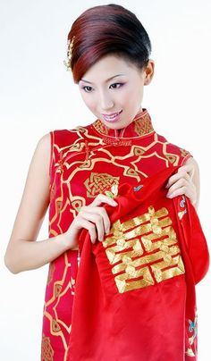 [Japanese wedding Kimono] Japanese wedding Kimono is usually red, because red is a lucky color in Japan. It is always heavily embroidered with colorful scenes from nature.
