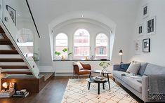 古いアパートメントをリノベーションして、賃貸物件にするのが当たり前のスウェーデン。今回ご紹介するのは、アーチ型の窓から部屋いっぱいに光が差し込むストックホルム のロフト部屋です。 1階は広々とした吹き抜けのリビングとキッ …