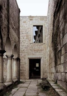 Souto de Moura: Conversion of the Santa Maria do Bouro Convent into a State Inn, Amares, Portugal. Sustainable Architecture, Amazing Architecture, Art And Architecture, Architecture Details, Modern Bedroom Decor, Modern Decor, Best Places In Portugal, Stone Facade, Ancient Buildings