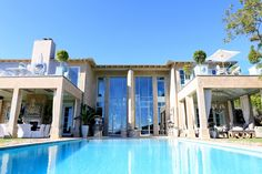 I defy anyone to not like this amazing house, what a pool, what a set up!  Lisa Vanderpump