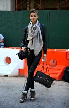 Louis Vuitton Beige Silver Shawl Monogram Lurex Shine Scarf/Wrap off retail Trendy Outfits, Cool Outfits, Fashionable Outfits, Lv Scarf, Louis Vuitton Scarf, Models Off Duty, Outdoor Outfit, Scarf Styles, Love Fashion