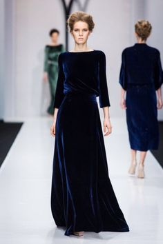 """Dormé assisting Padmé Amidala with her Senatorial Gowns Natalia Gart, Fall 2016 "" Vestidos Velvet, Pretty Outfits, Beautiful Outfits, Look Fashion, Runway Fashion, Modest Fashion, Fashion Dresses, Mode Simple, Velvet Fashion"