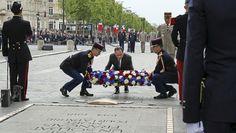 François Hollande ravive la flamme de la tombe du soldat inconnu sous l'Arc de Triomphe en 2014