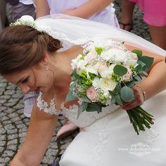 Wymarzony bukiet ślubny Panny Młodej w kolorze pudrowego różu z bielą Wedding Dresses, Fashion, Moda, Bridal Dresses, Alon Livne Wedding Dresses, Fashion Styles, Weeding Dresses, Bridal Gown, Bridal Gowns