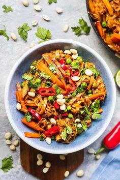 Easy Vegan Pad Thai (Gluten-free)   Earth of Maria Quick Vegan Meals, Easy Vegan Dinner, Vegan Lunch Recipes, Gf Recipes, Delicious Vegan Recipes, Vegan Dinners, Veggie Recipes, Real Food Recipes, Healthy Recipes