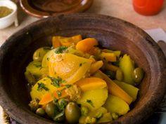 """750g vous propose la recette """"Tajine de poulet aux pommes de terre et olives vertes"""" publiée par Chef Damien."""