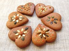 Pretty Little Gingerbread Treats for a Christmas Wedding Gingerbread Decorations, Gingerbread Cake, Christmas Gingerbread, Galletas Cookies, Cute Cookies, Christmas Goodies, Christmas Baking, German Cookies, Cookie House