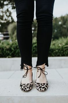 e05cb2fa Leopard flats Indumentaria Corta Para Mujeres, Trajes De Falda, Pisos De  Leopardo, Zapatos