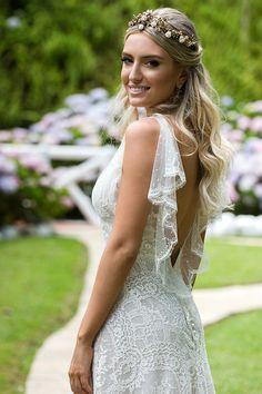 Vestido de noiva com ar vintage - todo de renda com decote V nas costas arrematado por babados de renda - tiara dourada com pérolas ( Vestido e tiara: Wanda Borges | Foto: Namester )
