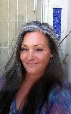 Femme 50 ans Naturally White Silver Grey Hair : Devenir plus gris Grey Hair Don't Care, Long Gray Hair, Silver Grey Hair, Dark Hair, Silver Haired Beauties, Grey Hair Inspiration, Gray Hair Growing Out, Pelo Natural, Corte Y Color