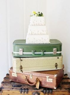 Use vintage suitcases to display your wedding cake
