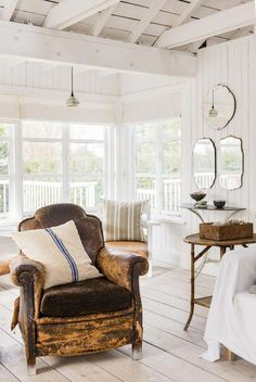 Beach vibes decoración, ideas para la casa, on top - macarena gea Style Anglais, Beach Vibes, Deco Boheme, Style Deco, Beach Cottage Decor, Piece A Vivre, Interior Decorating, Interior Design, White Rooms