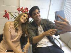 Juliana Paiva aposta em romântico look nude no 'Encontro'