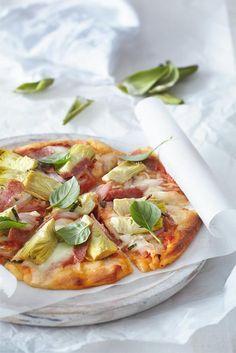 Ιταλιάνικη πίτσα με αγκινάρα, μοτσαρέλα, κρεμμύδι και σαλάμι