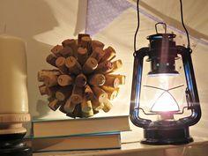 Prezentujemy ciekawy pomysł na lampę naftową. Lampa elektryczna w przebraniu naftowej stworzy ciekawą dekorację wnętrza.