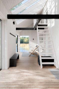 Moderni saunarakennus Turun sisäsaaristossa Modern Saunas, Interior Styling, Interior Design, Cabins In The Woods, Black Box, Beach House, Cottage, Architecture, Furniture