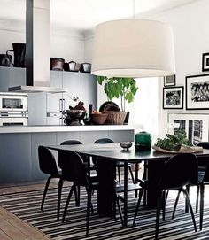 Black and white sleek surfaces a hint of rattan and greens create a sophisticated atmosphere I truly can't resist. Kitchen Flooring, Kitchen Dining, Kitchen Decor, Dining Table, Kitchen Modern, Dining Room, Nice Kitchen, Open Kitchen, Wood Table