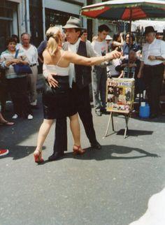 Pareja de bailarines de tango en la Feria de San Telmo, Buenos Aires, Argentina.