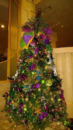 Tree of Mardi Gra Source For more pins visit our homepage Mardi Gras Wreath, Mardi Gras Decorations, Mardi Gras Party, Christmas Decorations, Holiday Decor, Mardi Gras Pictures, Christmas Tree Toppers, Christmas Trees, Christmas Crafts