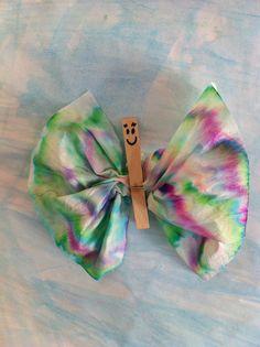 Lavoretto per la FESTA della MAMMA (2013). Farfalla realizzata con una molletta in legno e un fazzoletto.