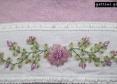 Toalla Bordada con listones. Diseño Flor. Medidas aprox.: 40cm x 65cm Materiales: Toalla, Listones. Color: *Flor: Rosa. *Toalla: Rosa Hecho en México Visitanos en Facebook para mayor información, dudas y comentarios. https://www.facebook.com/pages/Gattini-gifts/220444194830857