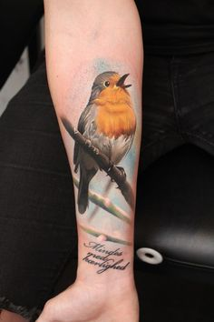 Bird tattoos are very popular as it shows freedom of life. Birds tattoo designs are delicate and very attractive and brings a beauty, love and elegance. Robin Bird Tattoos, Robin Tattoo, Bird Tattoos Arm, Bird Tattoo Men, Dad Tattoos, Animal Tattoos, Tattoo You, Girl Tattoos, Tattoos For Guys