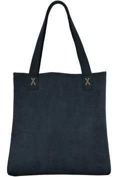 Bolsa Tote Bag, modelo sacola na cor preto grafite e detalhe em X. Estruturada e confeccionada em camurça, com dois botões de pressão para fechar, bolso interno com zíper e porta chaves.