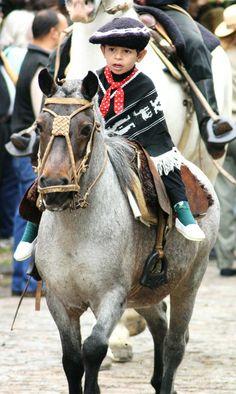 El chico está en el Desfile Gaucho celebrado en Argentina.