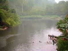Dans une rivière au sud de Balikpapan, sur la route de Banjarmasin, des villageois se baignent avant la tombée de la nuit. Les rivières de Bornéo sont un lieu essentiel de la vie des peuples de cette île. Elles sont la principale source de subsistance, et sont aussi les principaux des axes de transport.