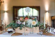 Stationary: www.waldundschwert.com Detailverliebte Hochzeit auf Weingut am Reisenberg Wedding Decorations, Table Decorations, Wedding Designs, Diy Wedding, Table Settings, Wedding Inspiration, Invitations, Interior, Projects